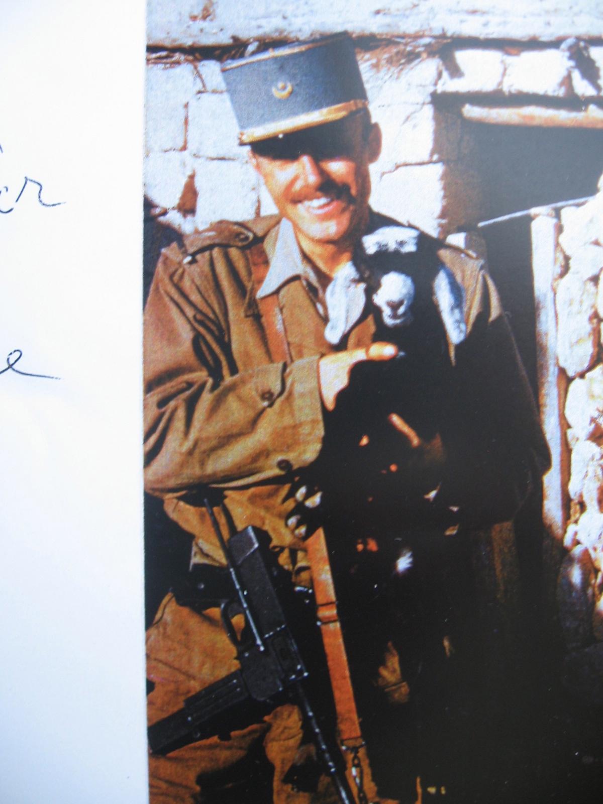 """""""Le guerrier pacifique"""": Michel Bibard avec un agneau dans les bras et … une mitraillette"""