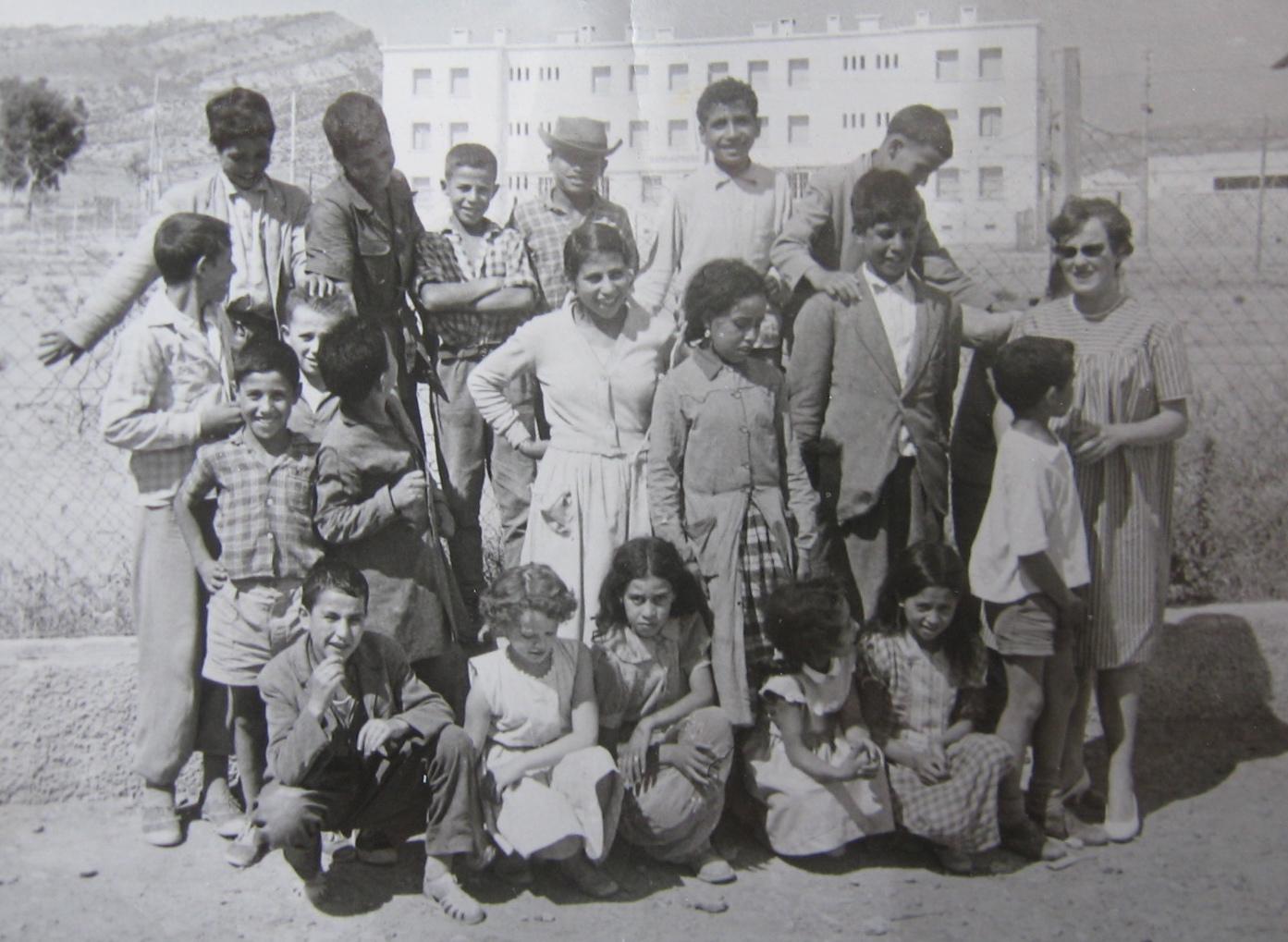 Jacqueline Bibard (à droite) avec sa claas à Morsott: filles et garçons, d'âges très variés