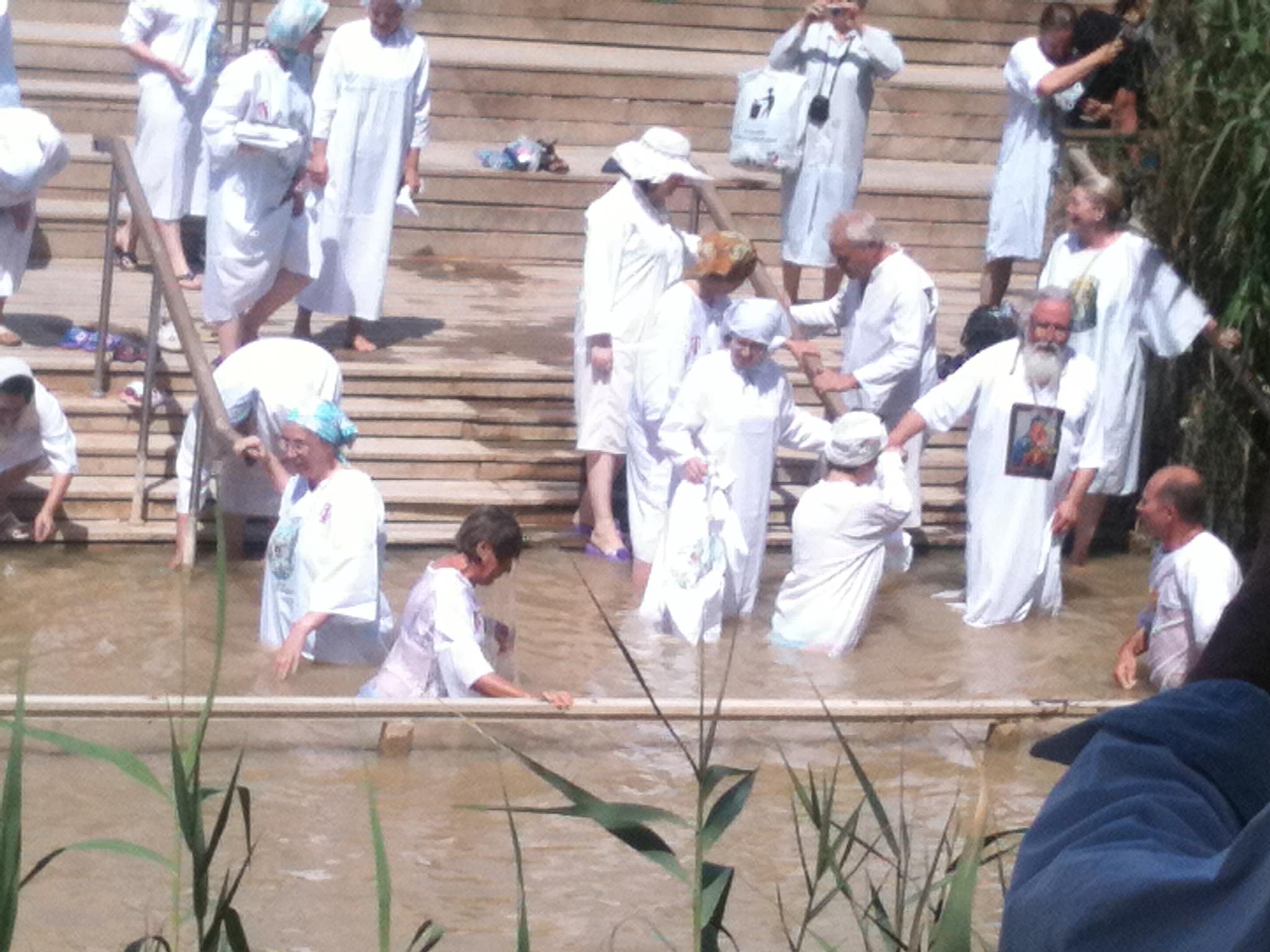 sur le Jourdain, vu depuis la rive jordanienne, les pèlerins orthodoxes russes, venus par Israël, célèbrent le baptême de Jésus