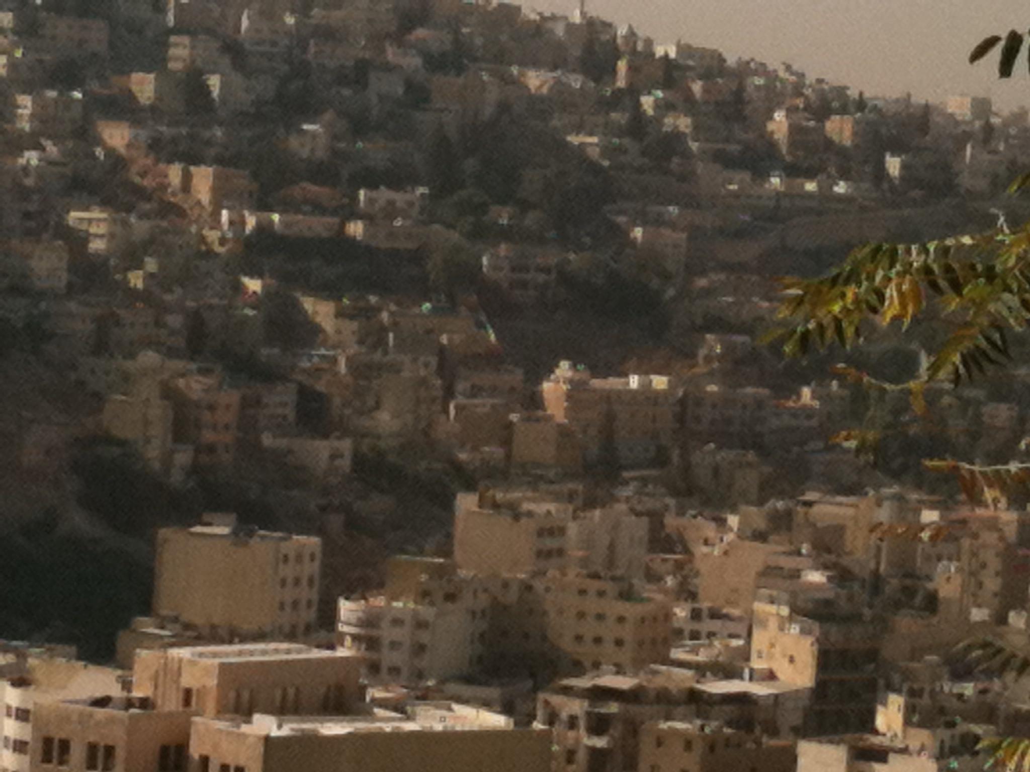 """Amman, l'urbanisation populaire ancienne """"consolidée"""" couvre la colline depuis le vieux centre"""