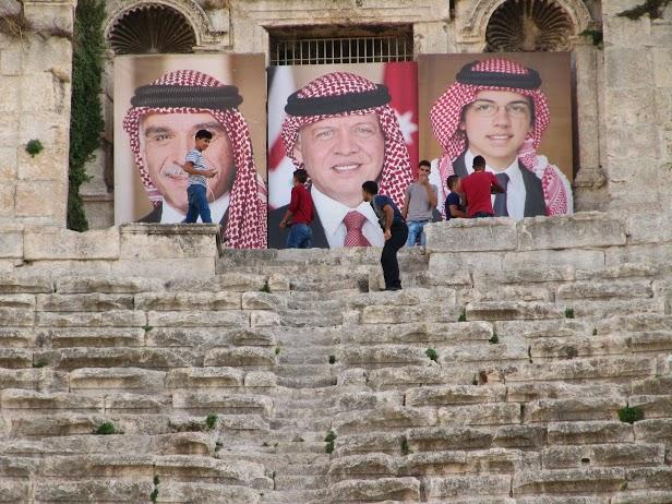 Centre ville de Amman, dans le théâtre antique, mise en scène de la famille royale sur trois générations